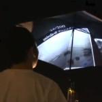 頭上に広がる世界地図、Google Earthが傘になった!?