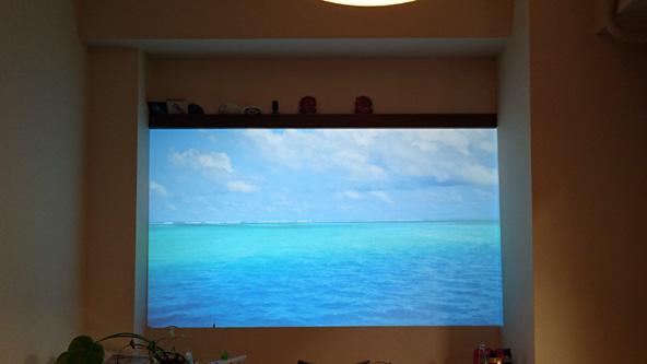 テレビをどかして83インチ相当の大画面に。