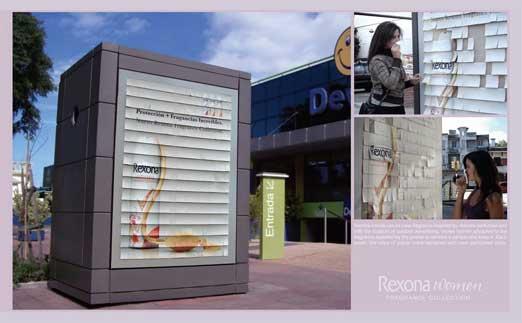 香水の広告ポスターが香水サンプルになっている事例