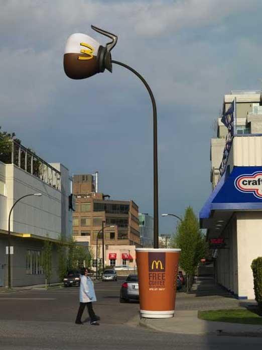 街灯を広告にしてしまうマックカフェ