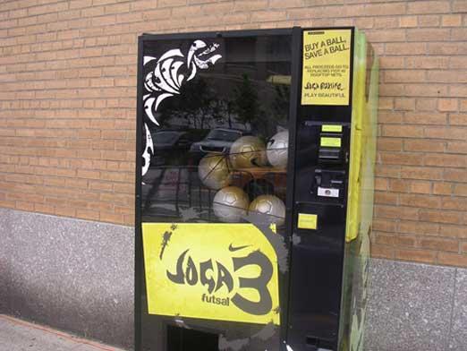 サッカーボール販売機。ストリートサッカーが盛んなのでしょうか。