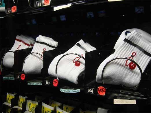 ↑靴下の自動販売機。ボーリング場にあるそうです。